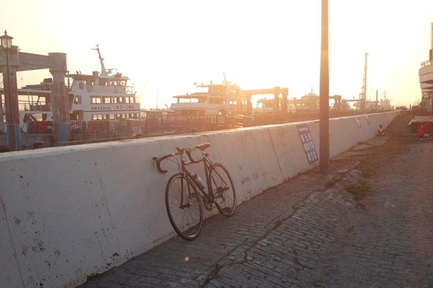 マリンゲート塩釜で休憩。震災の影響であちこちひび割れ。