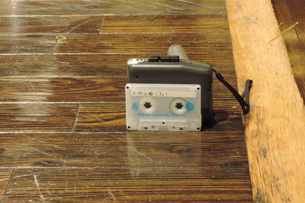 音源はポータブルカセットプレイヤー。マイクでじかに拾うスタイルを採用