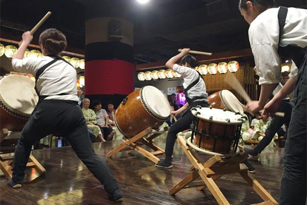 若手スタッフによる太鼓演奏。なかなかすごい。