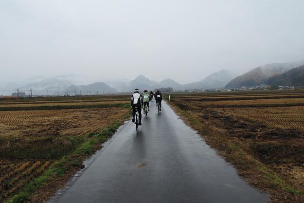 スタート直後は農道ライド!雨に霞む山々が綺麗だった。
