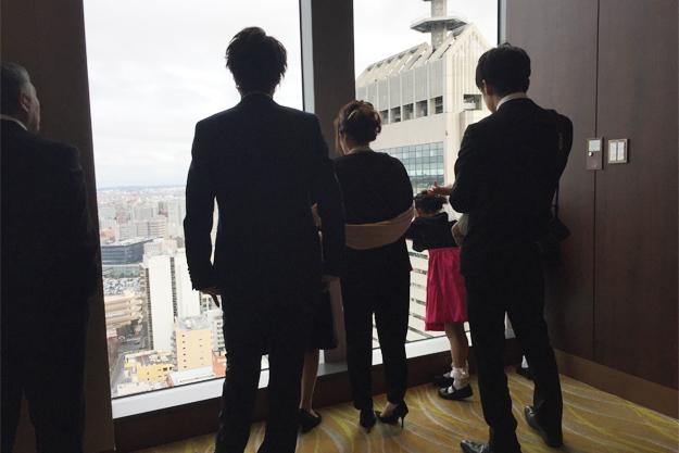 高層階から見下ろす景色を楽しむ甥っ子姪っ子たち。
